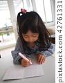 아빠 생일 카드를 쓰는 여자 42761331
