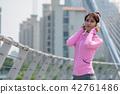 운동으로 단련된 건강미 넘치는 여성 42761486