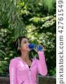 운동으로 단련된 건강미 넘치는 여성 42761549