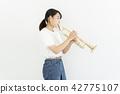 트럼펫을 부는 여성 42775107