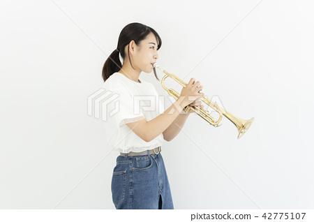 吹喇叭的女人 42775107
