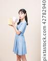 선물을 주는 귀여운 여인 42782940