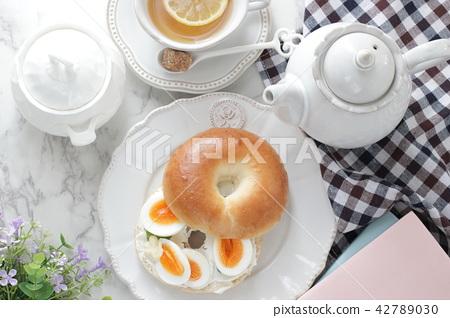 삶은 계란과 크림 치즈 베이글 샌드위치 42789030