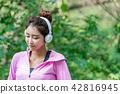 운동으로 단련된 건강미 넘치는 여성 42816945