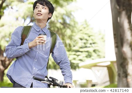 公園男性自行車茶時間 42817140