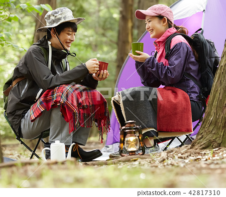 Men and women outdoor leisure 42817310