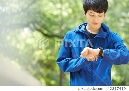 公園男子跑步 42817419