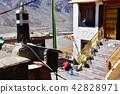 인도 히말라야 산악 지대 스삐티 계곡의 키곤빠 세탁을하는 스님 42828971