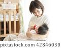 ผู้ปกครองให้นมลูกในครอบครัวและเลี้ยงลูก 42846039