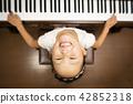 피아노를 연주하는 소녀 42852318