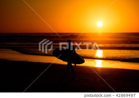 在黃昏·衝浪海灘的剪影 42869497
