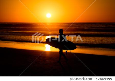 在黃昏·衝浪海灘的剪影 42869499