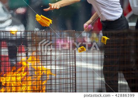 中國鬼武士,燒紙,中國鬼節,燃燒鈔票,中國鬼節 42886399
