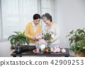 Senior mother and daughter making flower decoration on table. 032 42909253