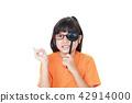 시력 검사를받는 여자 42914000