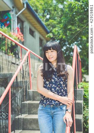 亚洲台湾中国习俗复古台中雾峰光复新村女孩女子人像肖像模特儿美女外拍藤蔓美丽阳光浏海发型造型牛仔裤服饰 42919861
