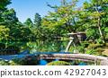 金澤Kenrokuen皇帝燈籠和虹橋橋樑 42927043