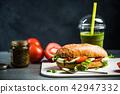 tomato, mozarella and pesto sandwich 42947332