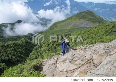 바위를 등반 여성 산악인 42965949