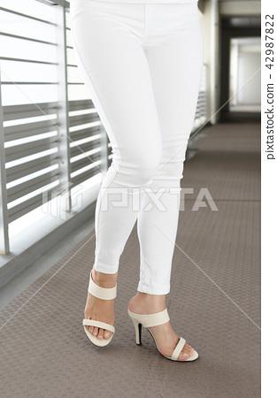 女性的雙腿穿著高跟涼鞋 42987822