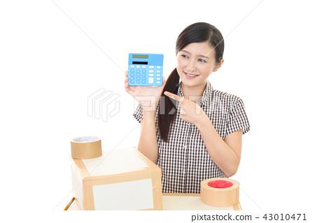 一個女人用一台電腦 43010471