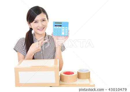 一個女人用一台電腦 43010479
