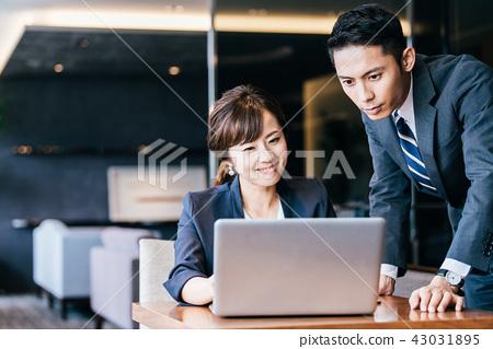 企業場面年輕人和婦女 43031895