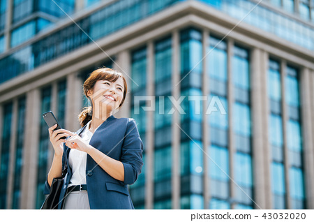 비지니스 빌딩 젊은 여성 43032020
