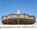 푸른 하늘과 회전 목마 장식 된 지붕 43041975