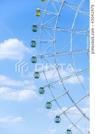 구름 떠있는 푸른 하늘과 대 관람차 43041979