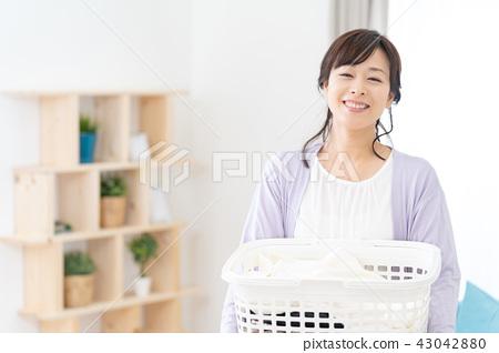 빨래를 가진 전업 주부 엄마 어머니 세탁 바구니 43042880