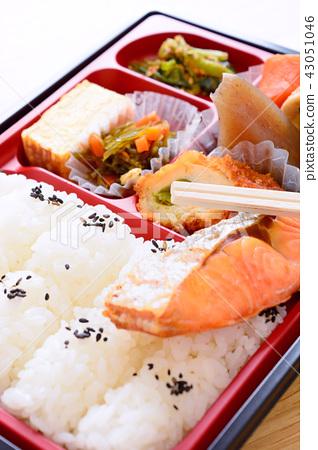 กล่องอาหารกลางวันของม่านปลาแซลมอนแสนอร่อย 43051046