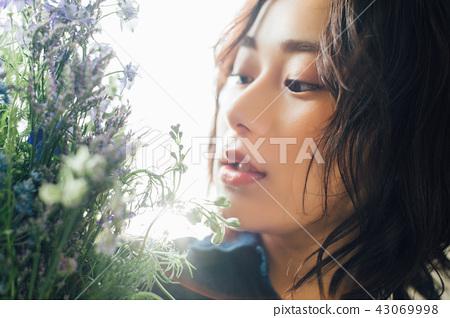 꽃이있는 생활 여성 인물 43069998