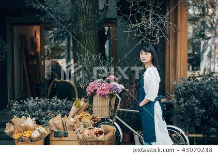 花店的一名妇女 43070238