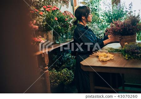 花店的一名妇女 43070260