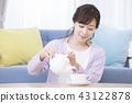 一個女人喝茶 43122878