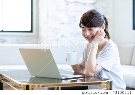 一位年輕女士(個人電腦) 43130211