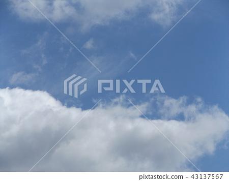 在inage海岸蓝天和白色云彩的上面 43137567