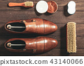 Leather shoes with accessories for cleaning 43140066