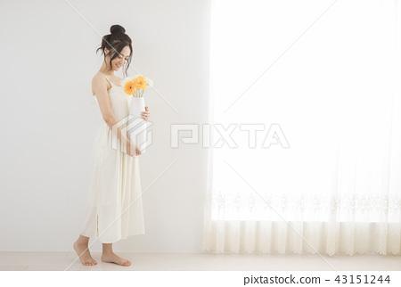 微笑在窗口的婦女 43151244