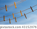 Clothespins on a clothesline against a blue sky 43152076
