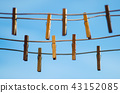 Clothespins on a clothesline against a blue sky 43152085
