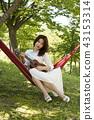악기를 연주하는 젊은 여성 모델, 43153314