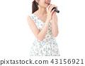 노래방에서 노래 젊은 여성 43156921