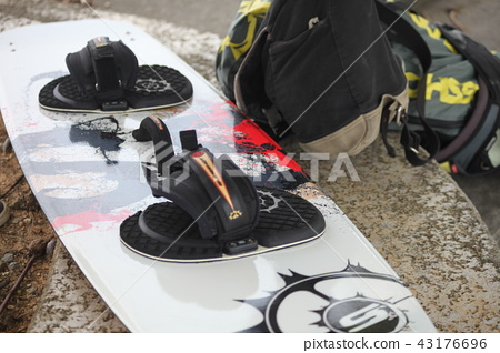 剛拿到我買的設備,享受風箏衝浪的男人 43176696