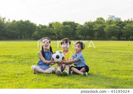 어린이,아이,어린아이,초등학생,잔디밭,어린이축구,공놀이,놀이,야외활동,야외공놀이,3인,공 43195024