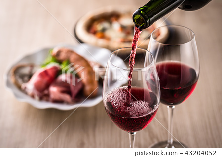 Red wine and food 43204052