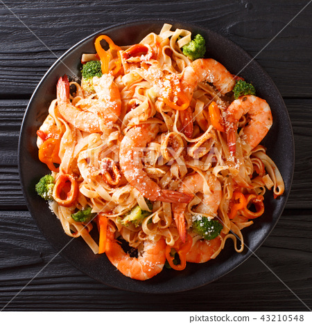 talian fettuccine pasta with seafood, broccoli 43210548