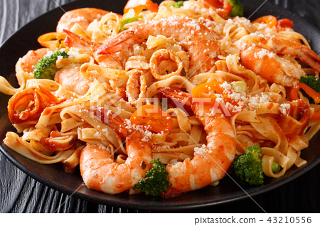 Pasta fettuccine with seafood, vegetables 43210556