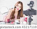 woman show makeup brush 43217110
